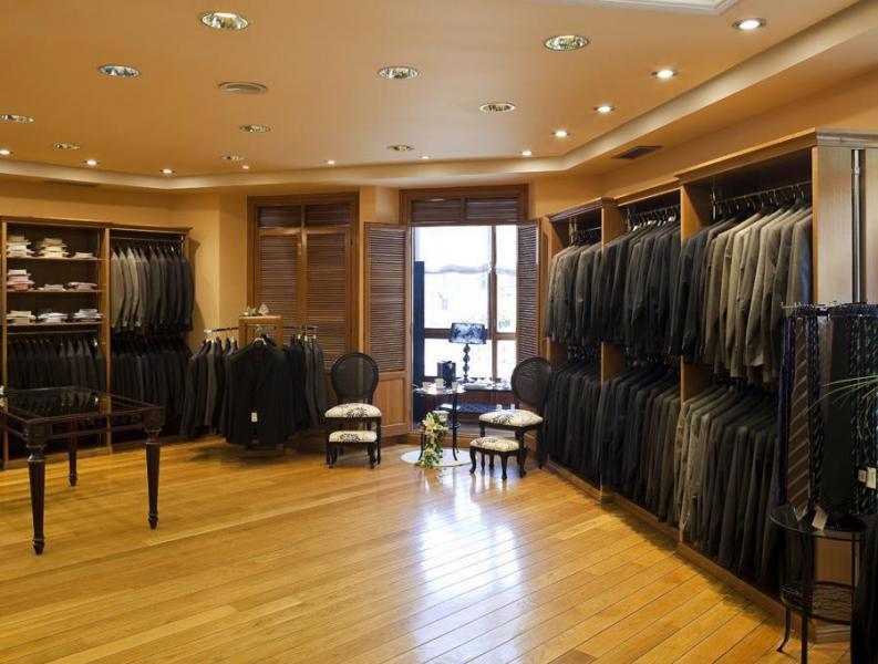 Gran variedad en trajes, chaqués, complementos,...