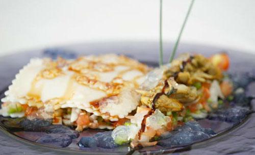 Lasagna fria de changurro con crudites de verduras y almejas en gelee