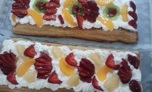 Hojaldre con nata y fruta