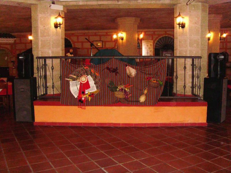Escenario para Música en Vivo en el Restaurante Canario Cueva El Campesino