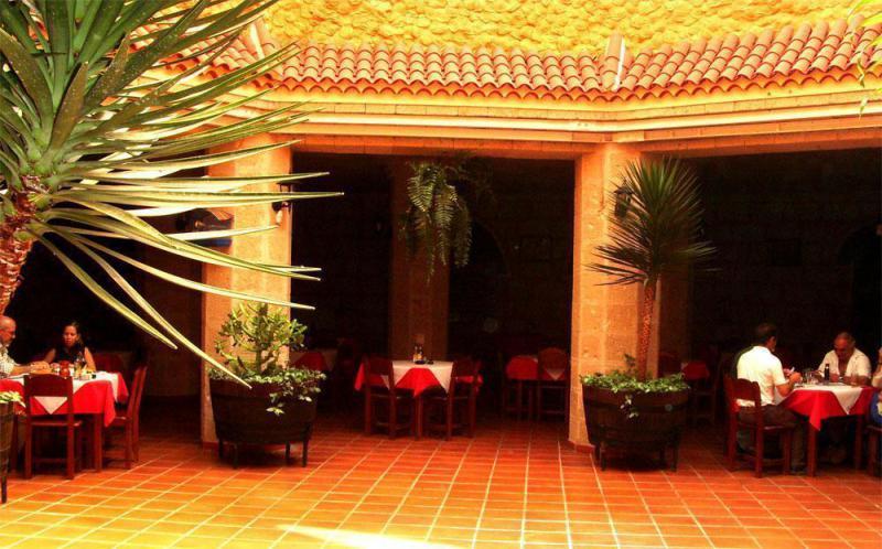 Vista interior del restaurante canario Cueva el Campesino