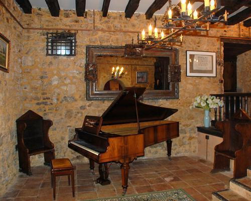 Salón del piano en el interior del castillo