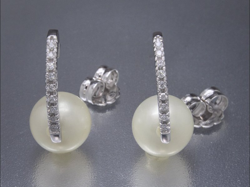 Argollas de oro blanco, diamantes y perlas cultivadas
