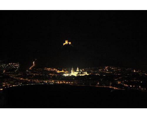 Vista nocturna de los alrededores de cerro puerta celebraciones
