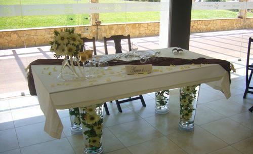 Decoração floral da mesa dos noivos.