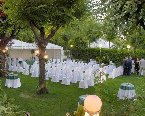 Ceremonia civil preparada en el jardin
