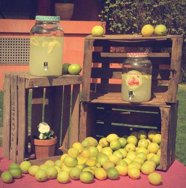 limonada para entrada de Ceremonia. Boda en amarillo, botes de limonada