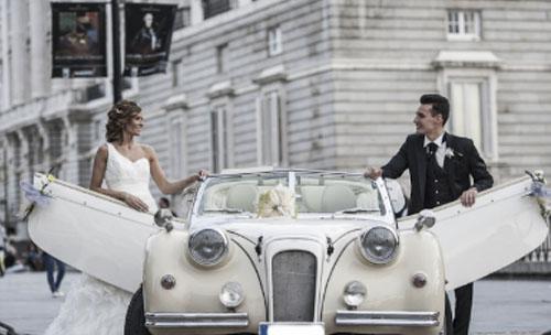 Seguro que estáis pensando en qué tipo de vehículo utilizar el día de vuestra boda, con los nervios y con la ilusión que conlleva el día más importante de vuestra vida, eventos manhattan os aconseja que alquiléis un vehículo clásico para recoger