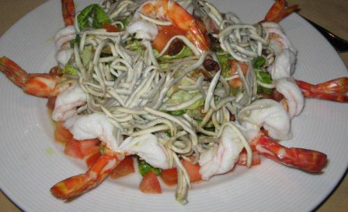 plato estrella ensalada de gulas con langostinos