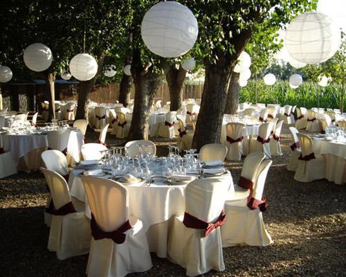 Un jardín decorado para celebrar una boda nocturna