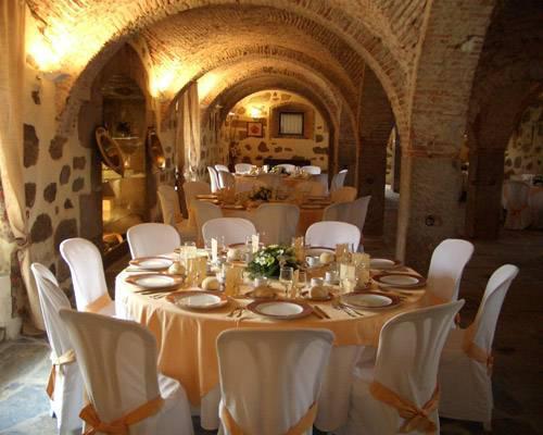 Un espacio rústico preparado para una boda