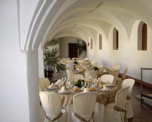 Un típico patio blanco preparado para un banquete de boda