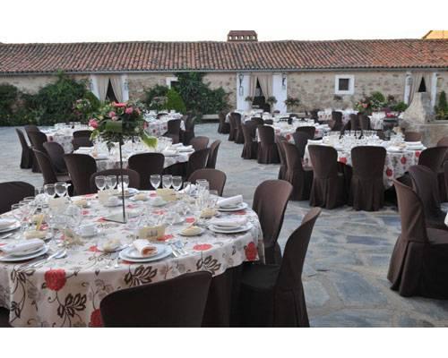 Un bonito patio preparado para un banquete de boda