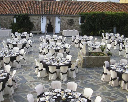 Un banquete de bodas en un bonito patio