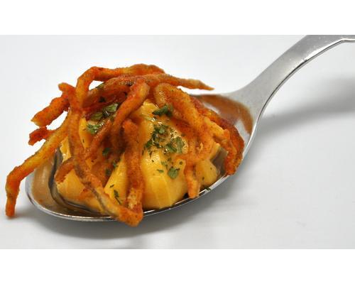 Frito de gulas al pimentón sobre ensaladilla marinera