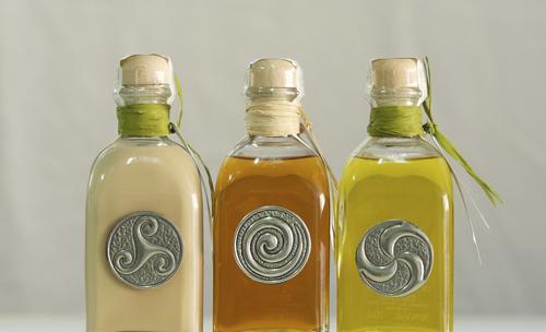 Botellas adornadas con símbolos celtas