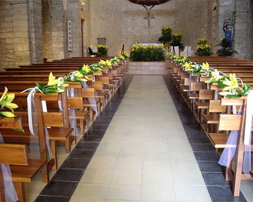 Flores para los bancos de la iglesia