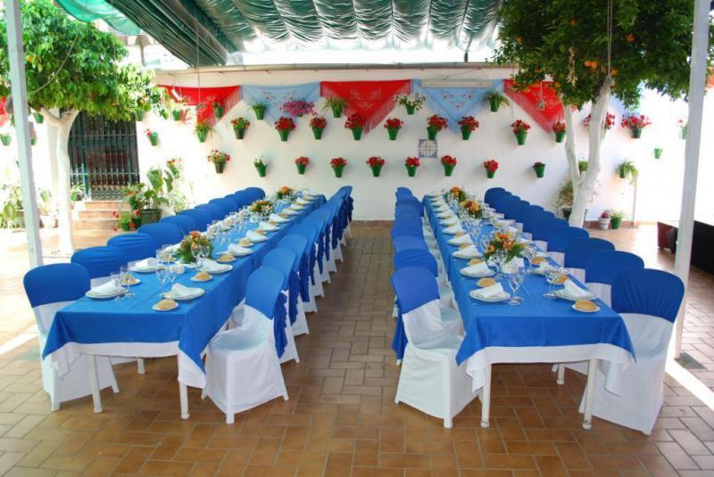 Patio Cordobés para celebraciones Patio Cordobés para comer y tapear en Córdoba en  Restaurantes Tabernas en Córdoba Sociedad Plateros Mª Auxiliadora abierto todo el año para disfrutar de nuestro patio con buena tapas típica de Cordoba bajo de sol