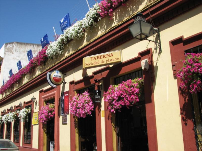 Fachada: Restaurantes en Córdoba Sociedad Plateros Mª Auxiliadora para gente viajera y grupos con una Fachada espectacular adornadas con distintos tipos de flores www.sociedadplateros.com